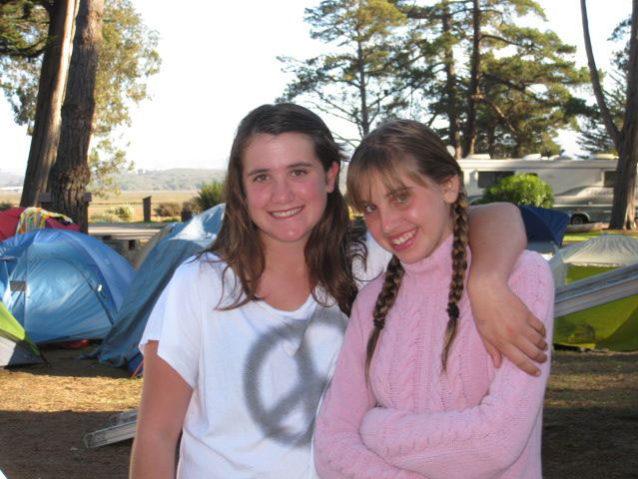 キャンプで友達とポーズをとるレキシー(左)Photo: Jesse Wooten