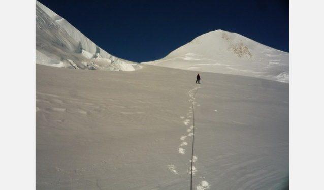 クライミング4日目、ローガン東峰に向けて歩く岡田。写真: 横山 勝丘