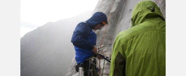 土砂降りの中のケイレブ・パジェットとマーク・シーロス。Photo: ©Dave N. Campbell