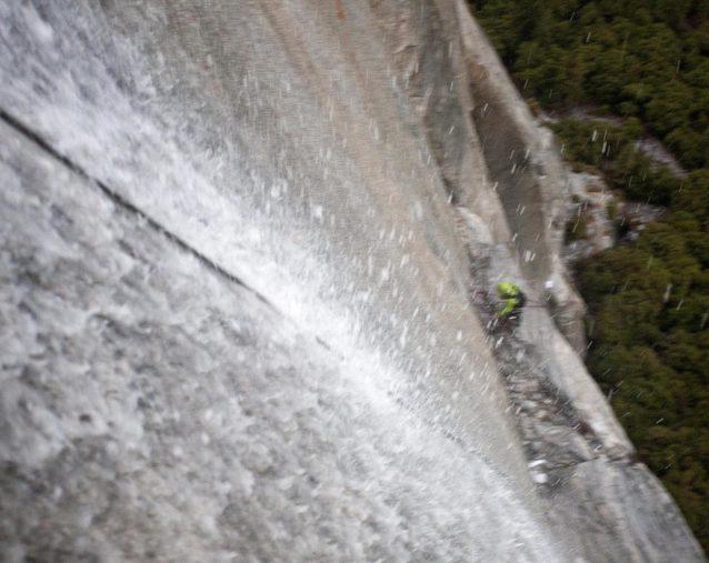 まったくの気違い沙汰。滝の中を懸垂下降するマーク・シーロス。Photo: ©Dave N. Campbell