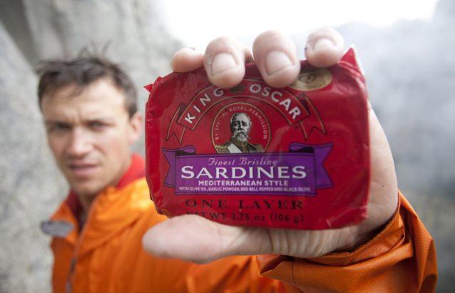 TM・ハーバートのイワシの缶詰とずぶ濡れの著者。Photo: © Mark Seelos