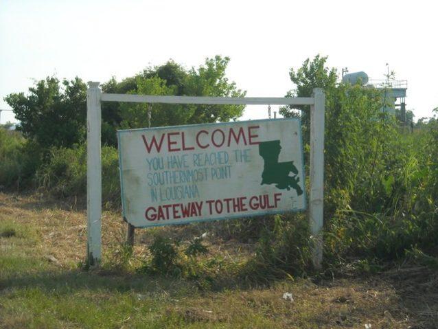 古い標識とその新しい意味。メキシコ湾沿岸の原油流出事故の影響に関するNGO<Louisiana Bucket Brigade>の情報収集に協力するパタゴニア社員。Photo: Naomi Hebling