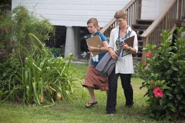 ルイジアナ州ココドリーで戸別訪問するエイドリアン・プリモシュとリサ・マイヤーズ。Photo: Christina Speed