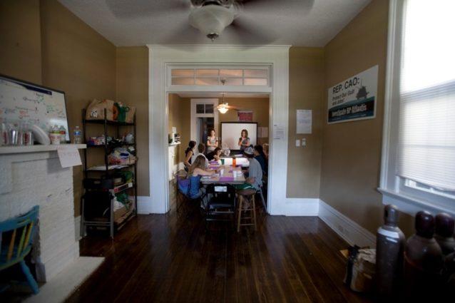 ニューオリンズのLABBオフィスで出発前に研修を受けるボランティアのパタゴニア社員。Photo: Christina Speed