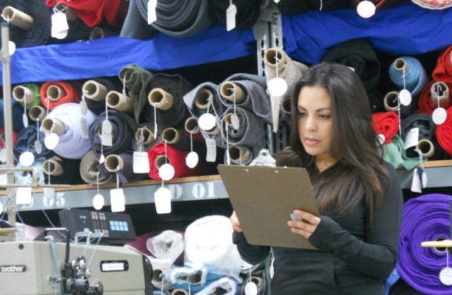 パタゴニアの環境/ソーシャル・レスポンシビリティ・ディレクター、キャラ・チャコンがサプライヤーの監査に参加する様子。Photo: Julie Netzsky