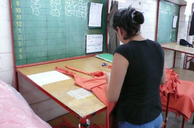 コロンビアの工場品質監査人がパタゴニアの製造過程を検査する様子。