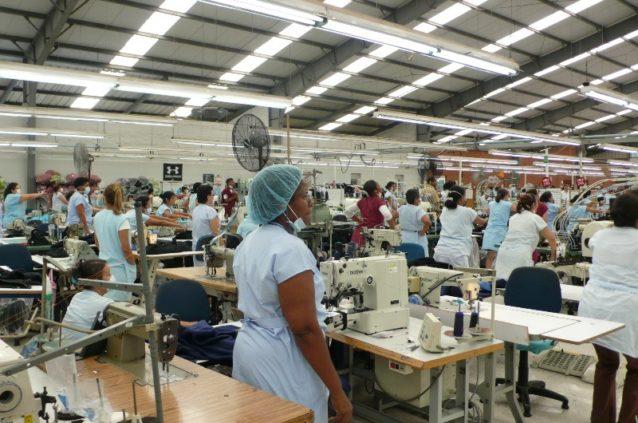 コロンビア工場の従業員が午後の運動に参加する様子。Photo: Cara Chacon