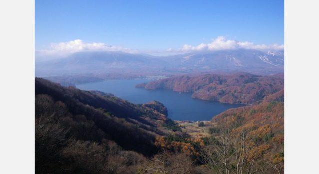 斑尾山への登山口に向かう林道から望む野尻湖と信越の山々