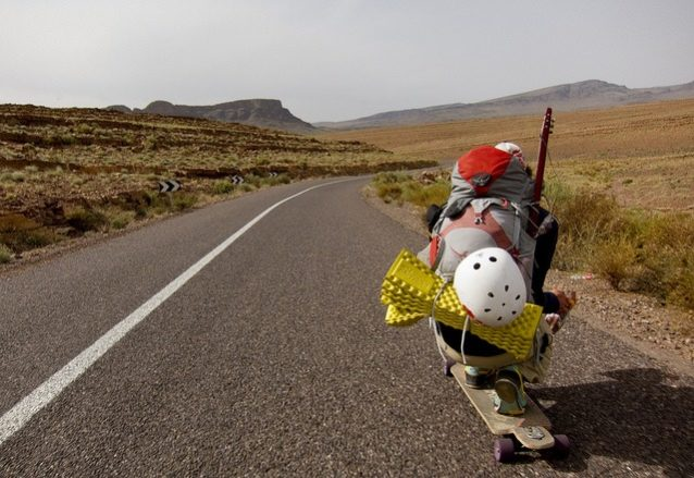 そこがどこなのか分からない終わりの見えない道を下りながら、排便のことを考えるアーロン。Photo:Paul Kent, Adam Colton, Aaron Enevoldsen