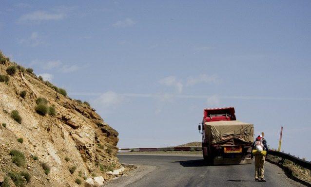 今回の旅でいちばん高かった峠。モロッコ、アトラス山脈のティシュカ峠。Photo:Paul Kent, Adam Colton, Aaron Enevoldsen