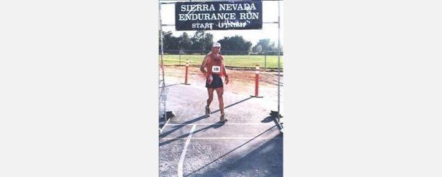 完走した多くのレースのひとつにてフィニッシュラインを通過するミラン。写真提供:Ultra Signup.com.