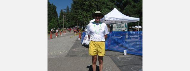 膝の調子も良好なミランが、2010年の100マイル・ウエスタン・ステイツ・エンデュランス・ランでボランティアする様子。Photo: Liz Mosco