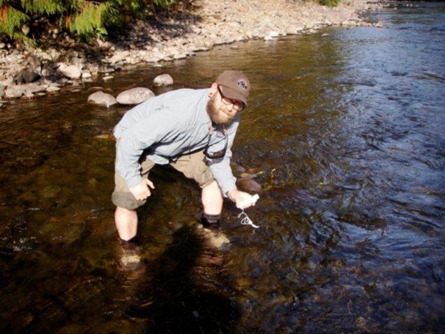 モララ・リバーの長期研究の一環として水温を測るアリ。うーん、気持ちのよい10℃。Photo: Ari Zolonz collection