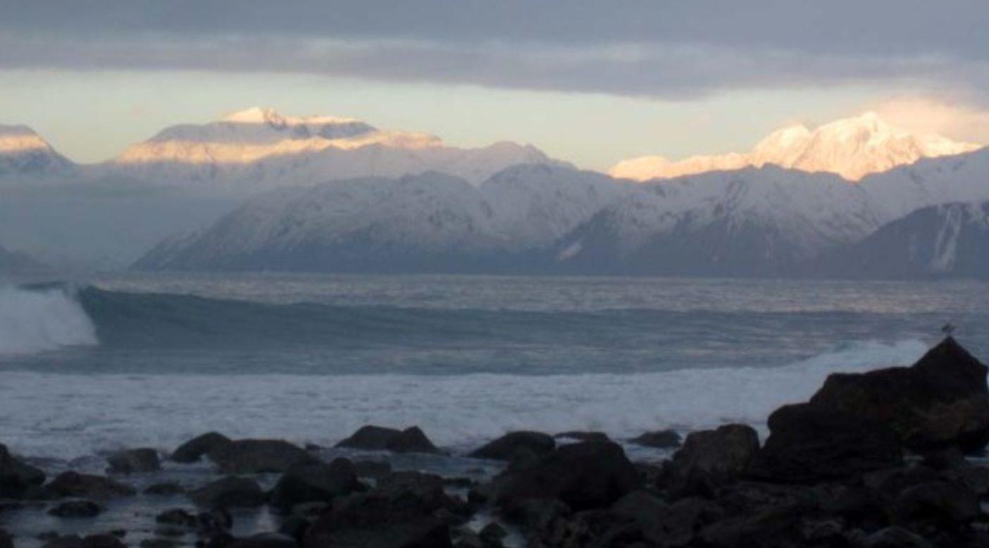 アラスカでのサーフィンではブーティの代わりにソックスを