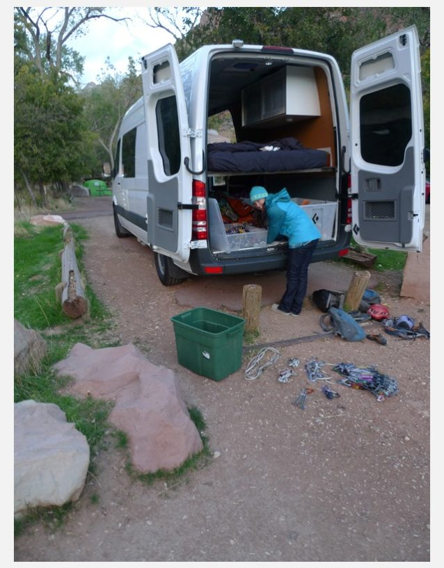 愛しの我が家:ジプシー・バンから荷物を降ろすブリッタニー。Photo: Zoe Hart