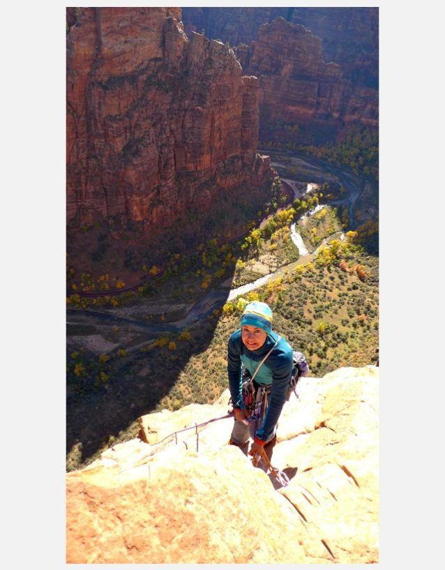「ムーンライト・バットレス」の上部のピッチを登るために懸垂下降するブリッタニー。Photo: Zoe Hart