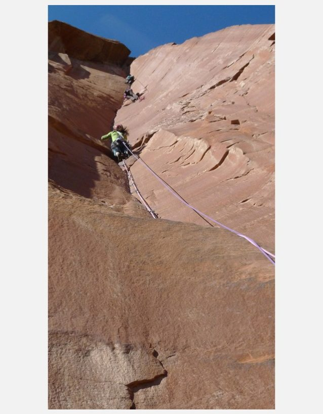 レイアウェイ・コーナー(人工登攀のパーティーが上にぶら下がっている)の核心ピッチのすぐ下の5.11+のピッチを軽々とこなすブリッタニー。Photo: Zoe Hart