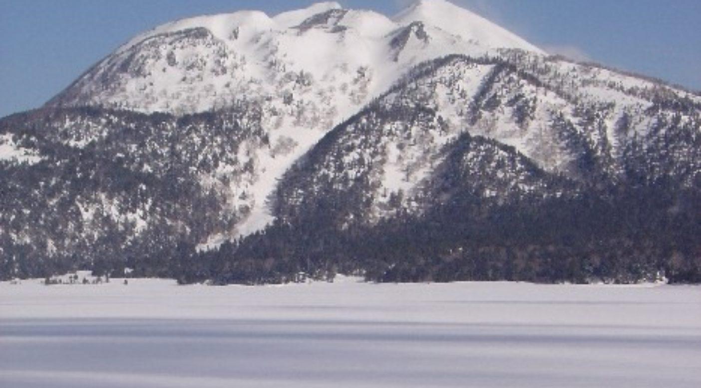 スノートレッキングで燧ケ岳を望む。残雪の尾瀬沼 写真:藤堂 光樹