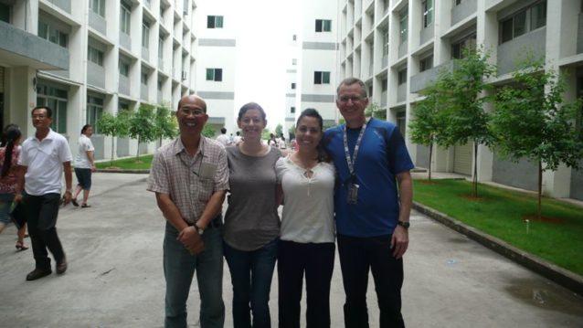訪問したWWW社の工場の1つにて。(左から右へ)WWW社人権担当マネージャーのアレン・チェン、パタゴニアの環境/ソーシャル・レスポンシビリティ・アナリストのジュリー・ネツキー、パタゴニアの環境/ソーシャル・レスポンシビリティ・ディレクターのキャラ・チャコン、WWWのCSRディレクターのジム・ミュージアル。