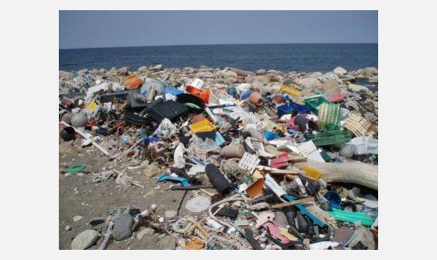 まだ拾うことのできるプラスチックの山。写真:一般社団法人JEAN