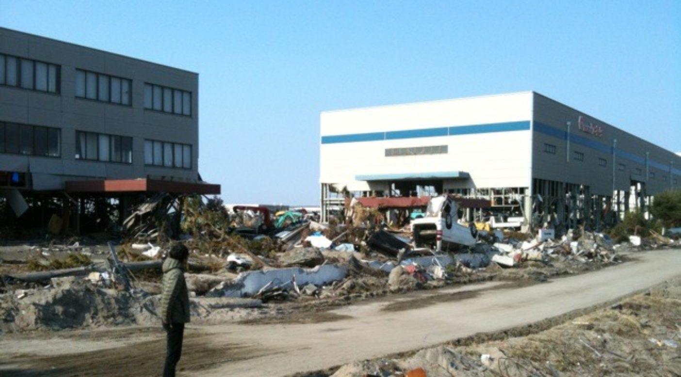 被災地を訪れる辻井、仙台新港周辺。写真:パタゴニア日本支社