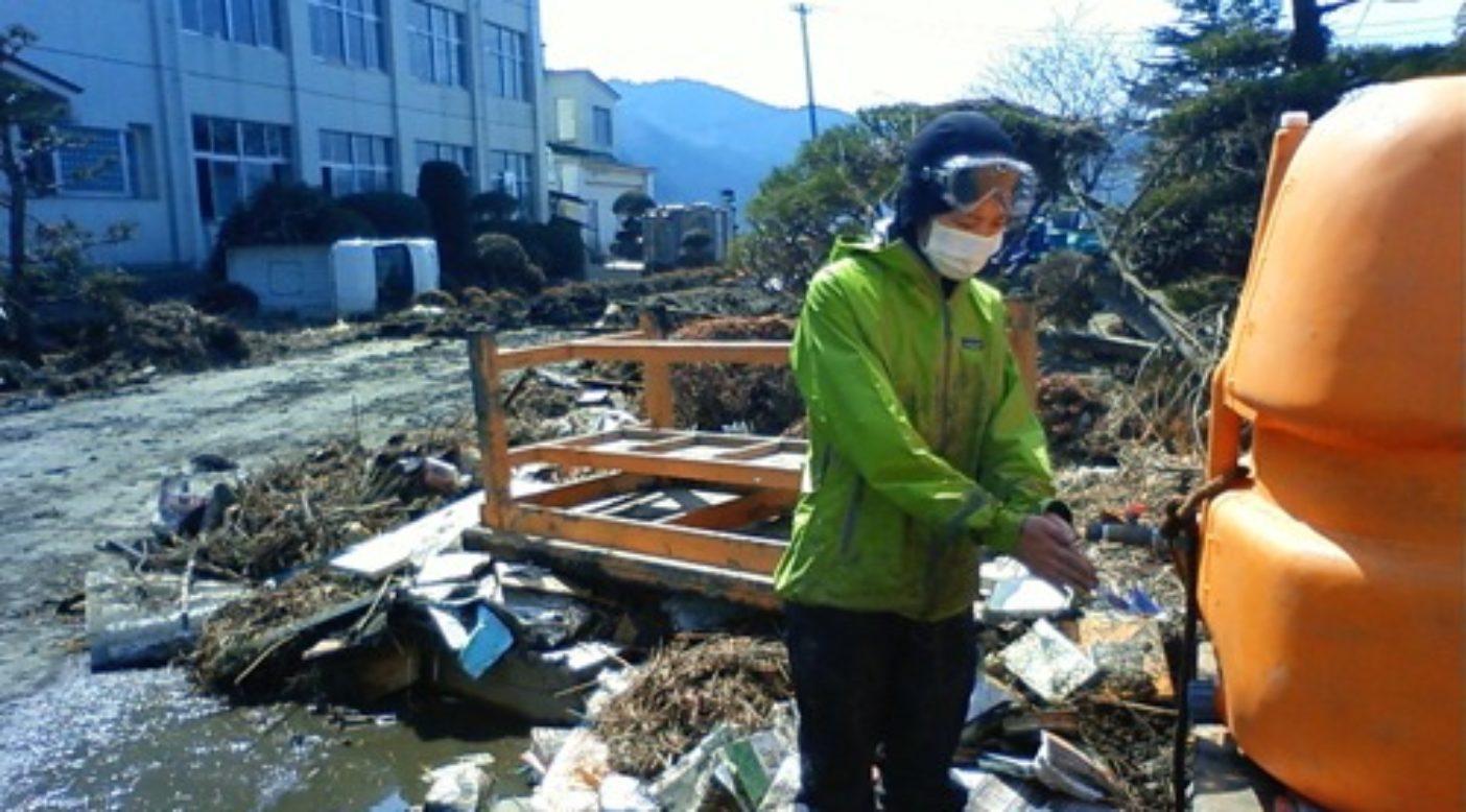 校舎前のガレキの中に設置された給水タンクで手を洗う。写真:パタゴニア日本支社