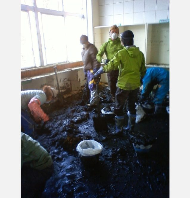 図書室の床を覆いつくした泥。写真:パタゴニア日本支社