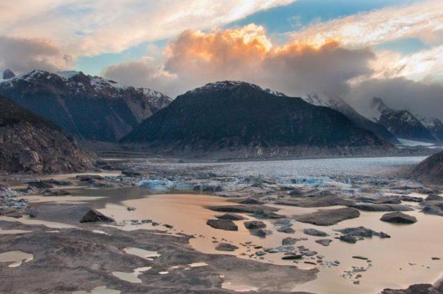 コロニア氷河につづく氷でいっぱいの湖。コロニアはリオ・バケル流域の一部。Photo:James Q Martin
