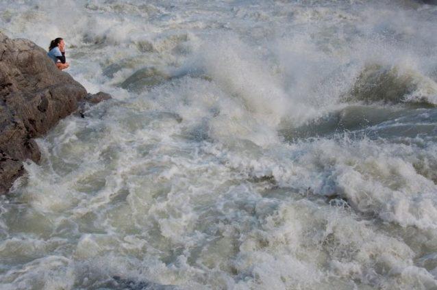 自由に流れる野生のリオ・バケルのパワーを美しい滝で感じるクリス・カッサー。ハイドロ・アイセン提案により、チリ最長かつ最も野生の川を永遠に変化させてしまうダムが建設される。Photo:James Q Martin