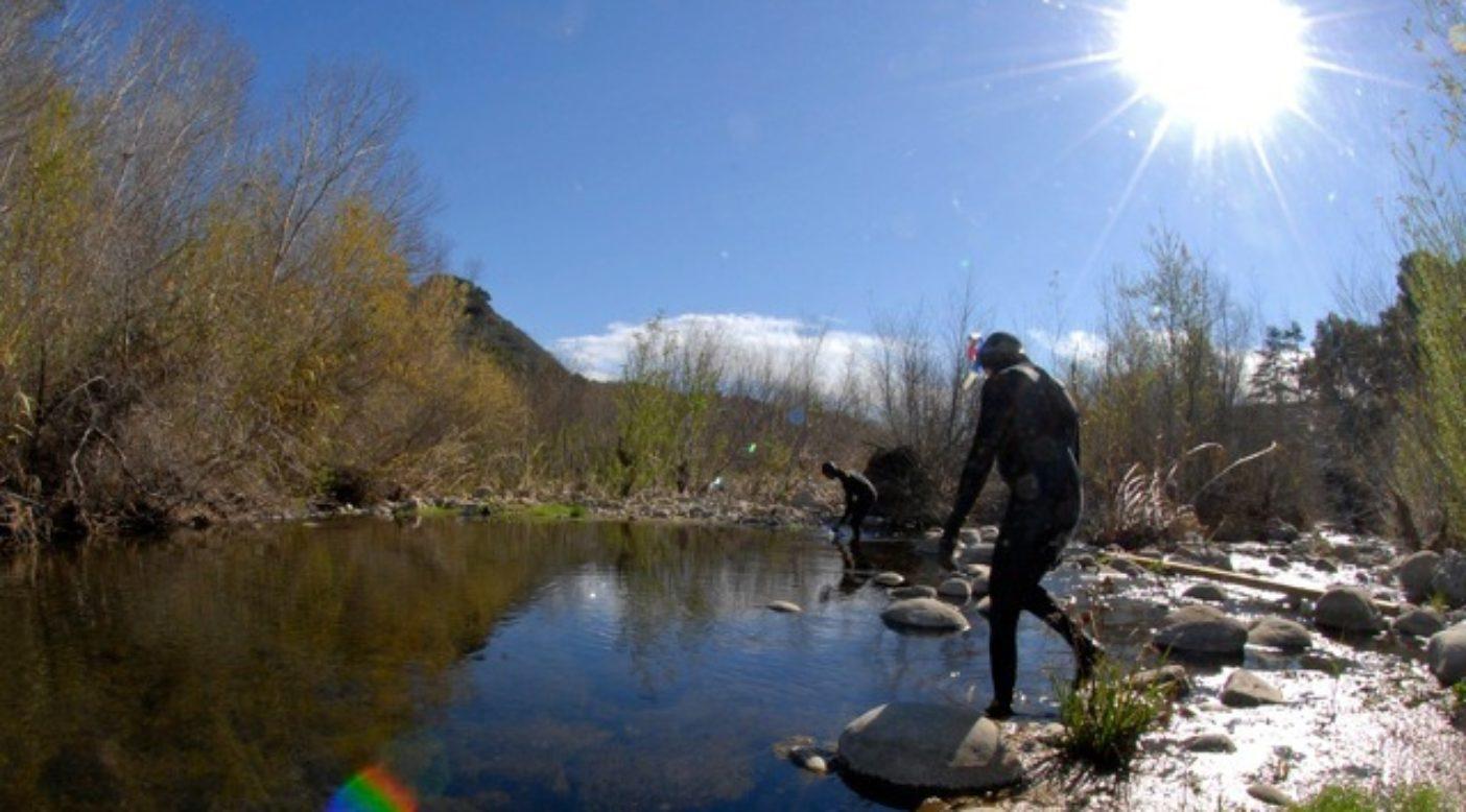 スチールヘッドを探しに川へ入る。Photo: Matt Stoecker
