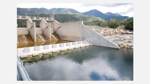 ベンチュラ・リバーからカシタス貯水湖へ水を供給するロブレス分水ダム。所有者はスチールヘッドが戻って来ることができるよう、魚梯を設置することを強いられた。しかしその後スチールヘッドが遡上できるよう十分な水を放流することを義務づけられると、彼らは連邦政府を訴えた。Photo: NOAA