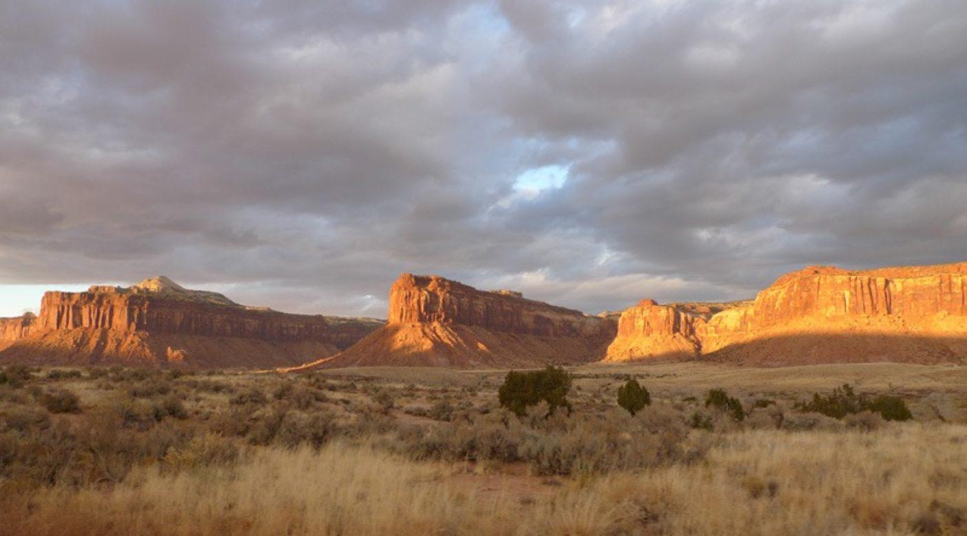 インディアン・クリークの無限の壁を照らす夕日。Photo: Zoe Hart