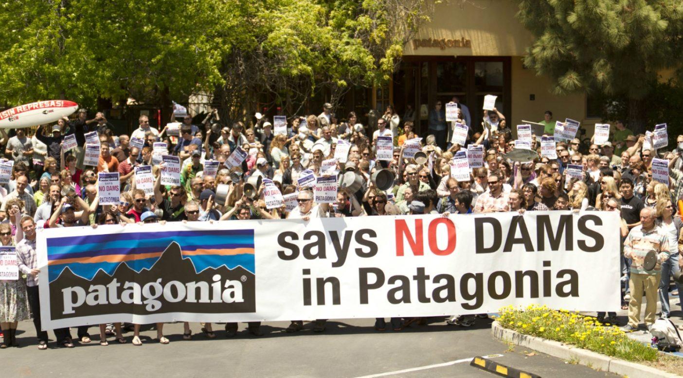2011年5月19日、パタゴニア本社のあるカリフォルニア州ベンチュラにて。チリをはじめとするスペイン語圏では「カセロロサ」と呼ばれる、シチー鍋を叩いての抗議運動。Photo: Tim Davis