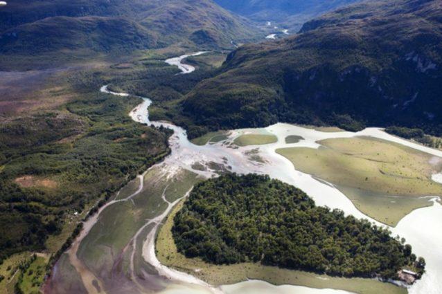 アイセン、チリ。2010年2月15日。ハイドロ・アイセン・プロジェクトによって影響を受ける地域、リオ・バケルの河口を空から撮影したもの。Photo: Daniel Beltra