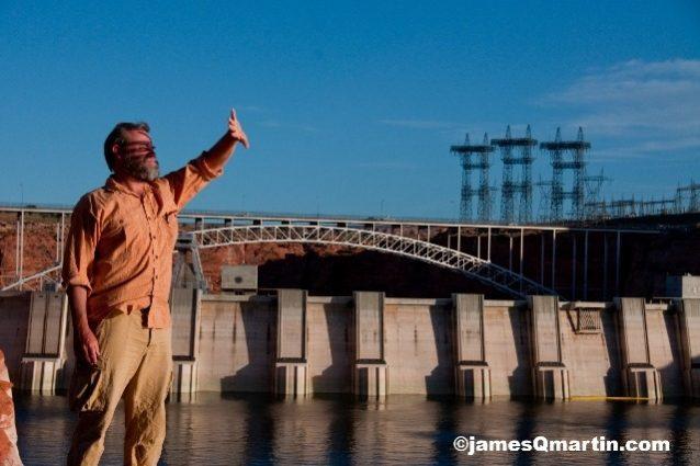グレン・キャニオン・ダムのほとりに立つリオ・リブレスのアクティビスト、クレイグ・チャイルズ。これはアメリカにある推定75,000ものダムのひとつ。Photo: James Q Mar