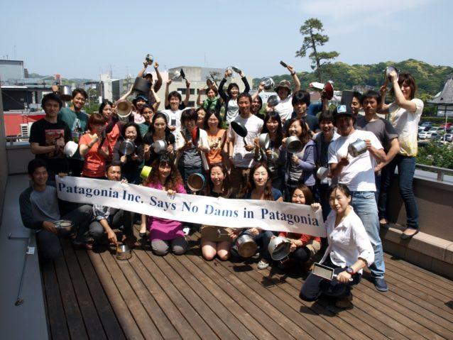 パタゴニア日本支社の社員も5月20日フライパンや鍋を装備して集まり、チリの原生地区であるアイセン地区に5つの巨大なダムを建設する計画に大きな反対を唱えました。写真:パタゴニア日本支社