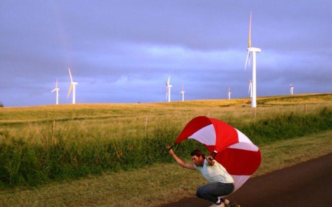 ハワイの風力を利用してスピードコントロールする、パタゴニアのウェットスーツ開発者のビリー・スミス。写真:ビリー・スミス、スポーティング・セール提供