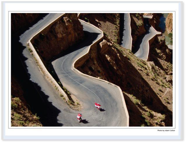 モロッコ横断4,500キロの旅で、スポーティング・セールを有効活用するロング・トレックス・オン・スケート・デックスのポール・ケントとアーロン・エネヴォルゼン。Photo: Adam Colton