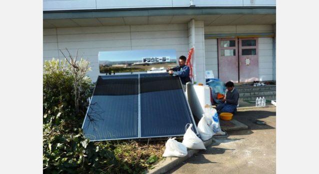 高館小学校(避難所)に設置した太陽熱温水器。名取市 写真:つながり・ぬくもりプロジェクト