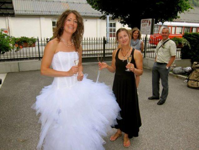 新婦と「ザ・バッグ」ことブリッタニー・グリフィス。Photo: Jen Olson