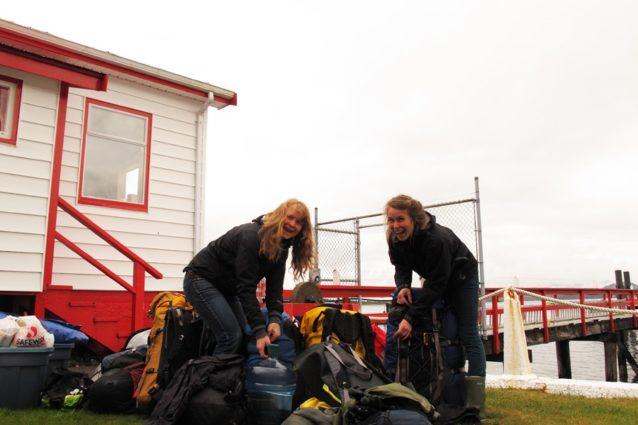 トフィーノの沿岸警備隊事務所でのケルシーとコーリ。Photo: Malcolm Johnson