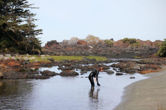 テン場の裏の川でサーフィンのあと体を洗う。Photo: Malcolm Johnson