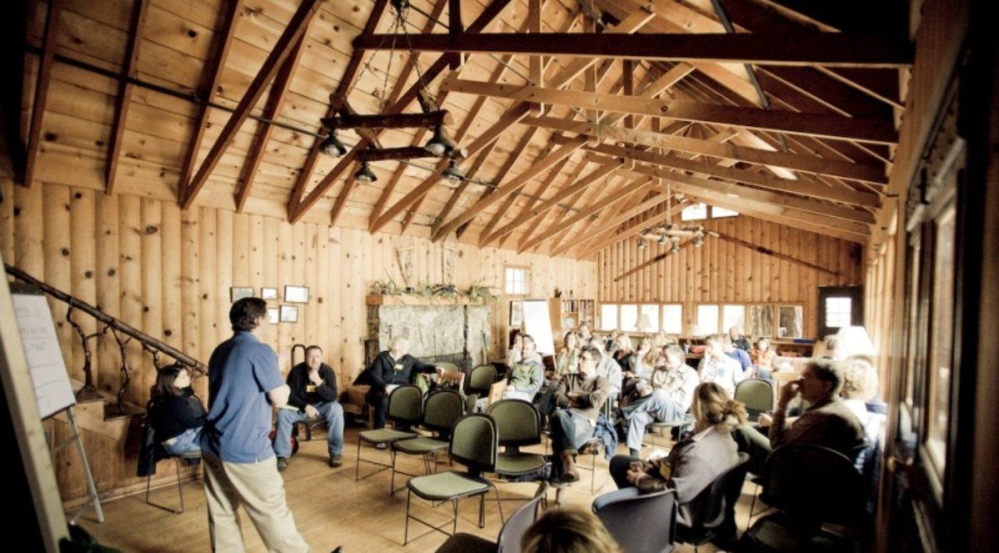 さまざまな国から草の根環境保護団体のリーダーがスタンフォード・シェラ・キャンプに集い、最新の手法と技術を学ぶ。Photo: Tim Davis