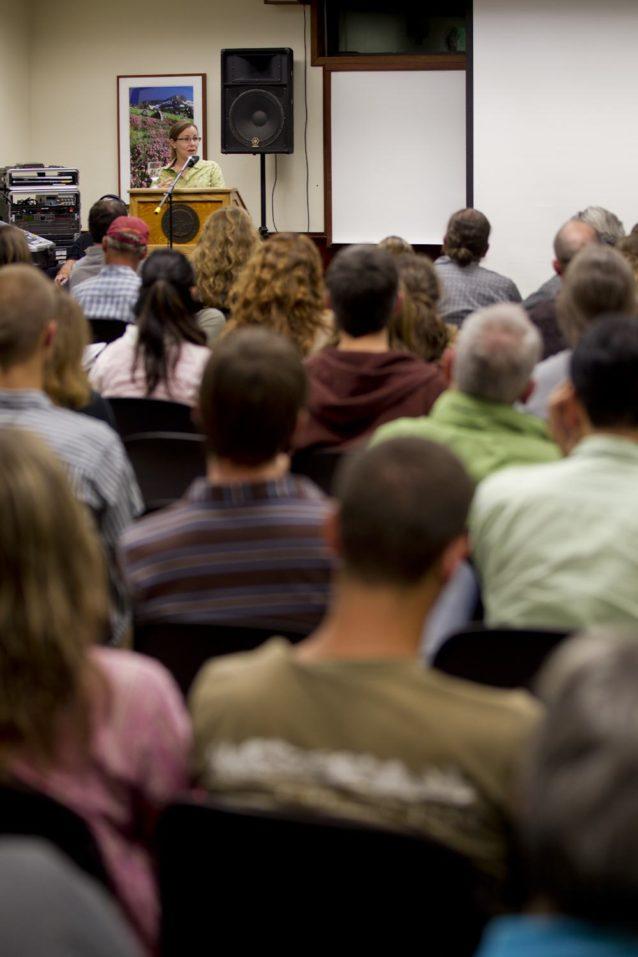第12回の草の根活動のための「ツール会議」で基調講演をするアニー・レオナード。Photo: Tim Davis