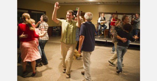 すべてを可能にする1人、パタゴニアの環境チームのハンス・コールが土曜の夜のホーダウンを楽しむ。参加者がリラックスして楽しむ数少ないチャンス。Photo: Tim Davis
