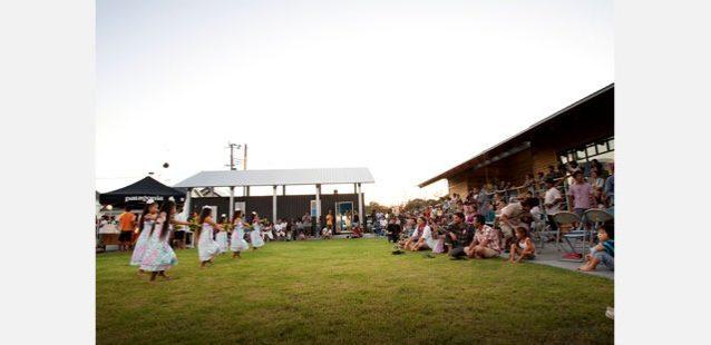 子どもたちがフラダンスでゲストを歓迎。Photo: Teppei Kojima