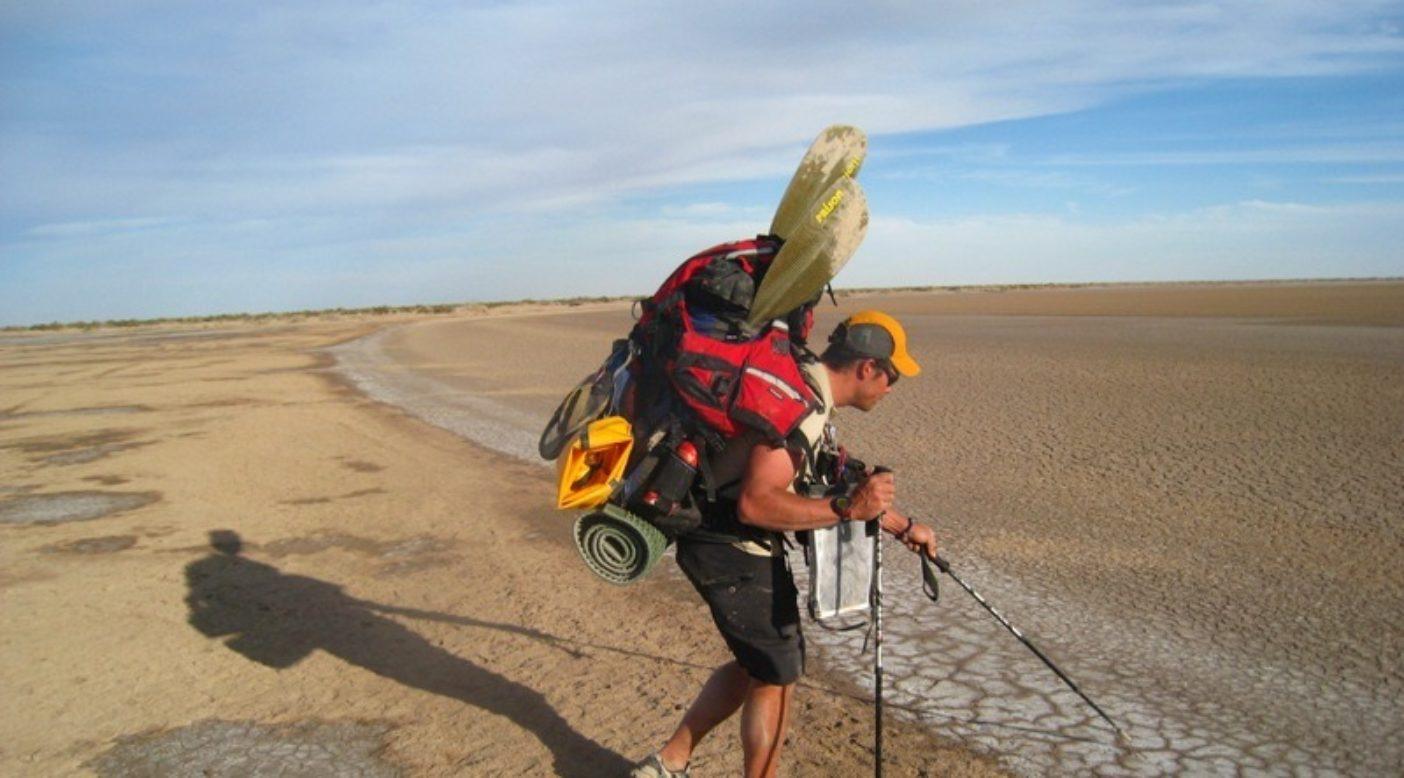 空になった川岸を海まで陸路運送するピート・マクブライド。Photo: Jon Waterman