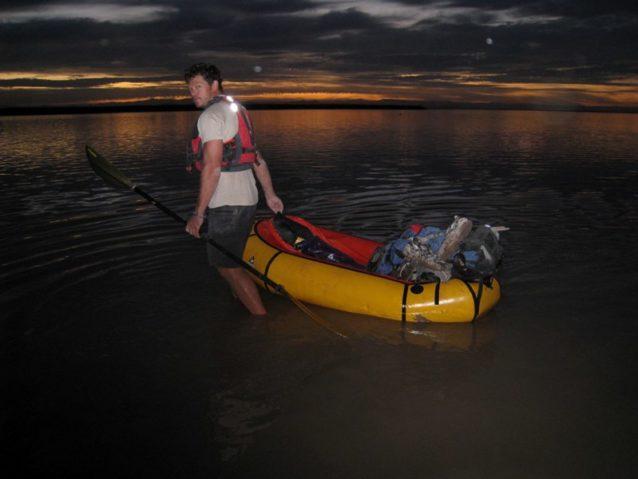 数日陸路運送したあと、パックラフトでコルテス海にたどり着くピート・マクブライド。Photo: Jon Waterman