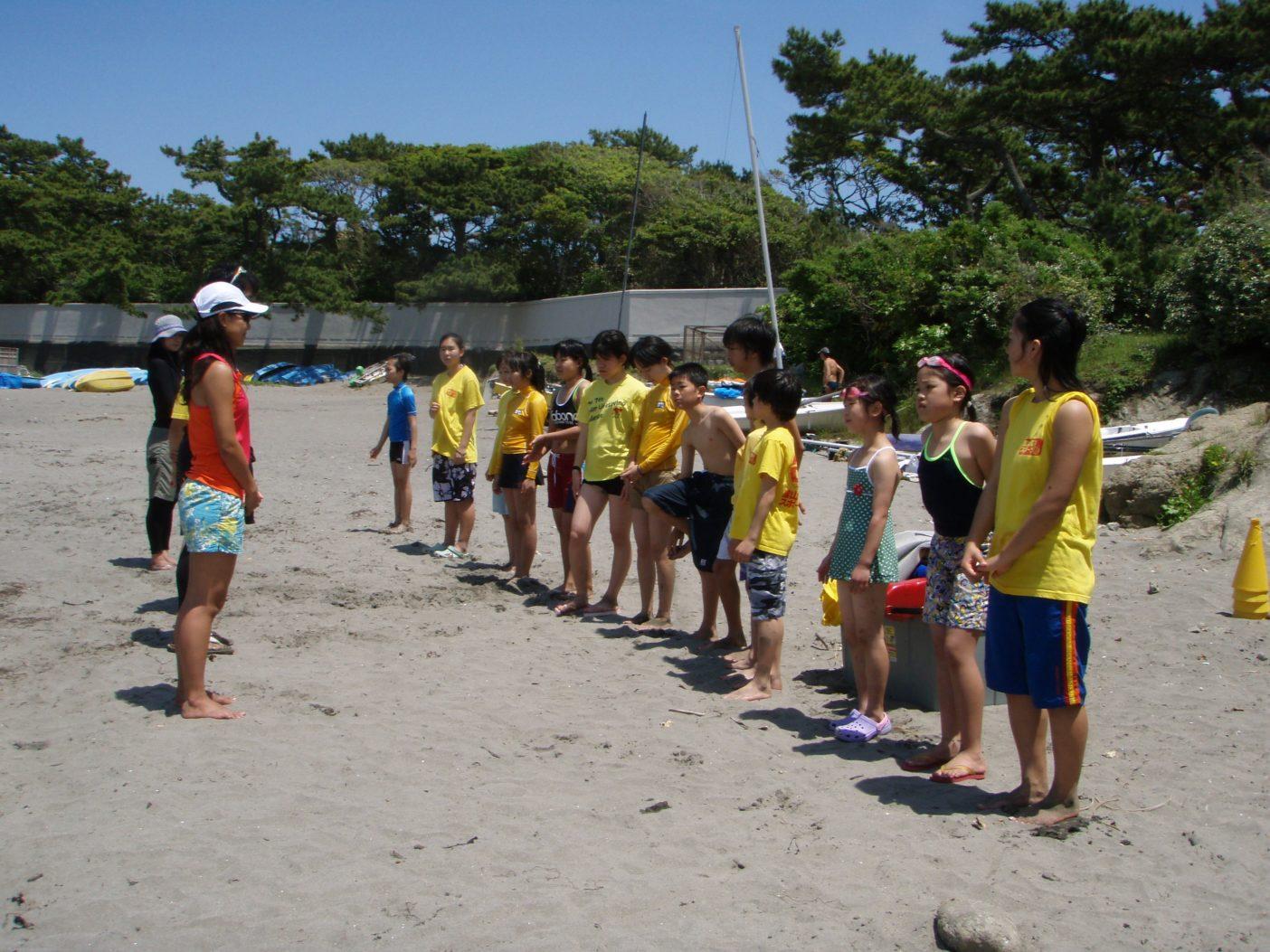 葉山海洋スポーツ塾のビーチトレーニング。小中高生を対象にジュニアライフセービングの入門プログラムを実施。写真:松宮愛