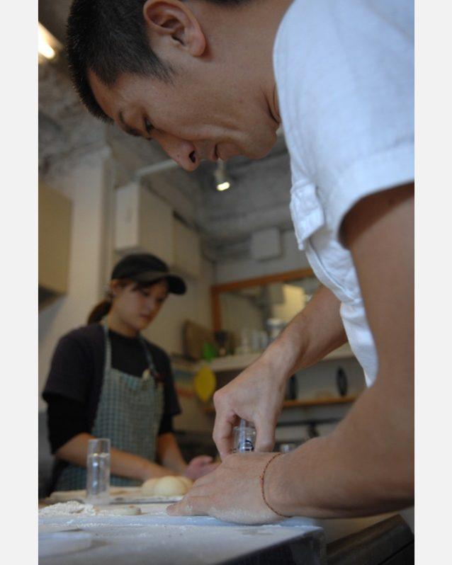 博多にあるケンジーズドーナツの「工場」で忙しくドーナツを作るケンジ。Photo: Mark Shimahara